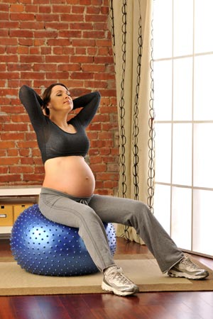 Expecting mother exercising during last week of pregnancy