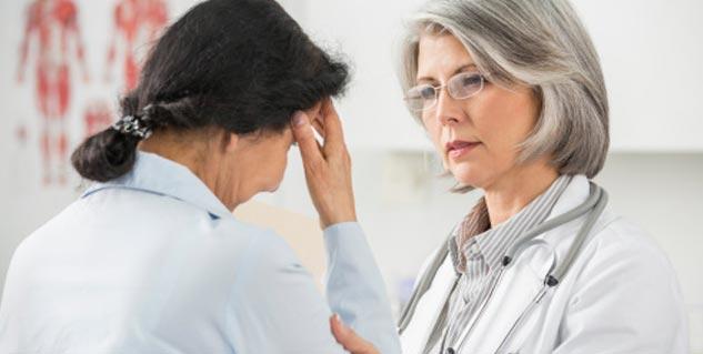 डॉक्टर को दिखाता मरीज