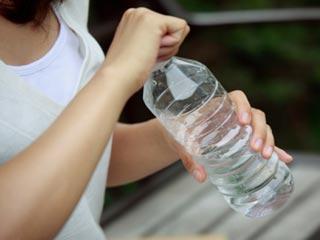 बोतलबंद पानी पीने से कैंसर का खतरा अधिक
